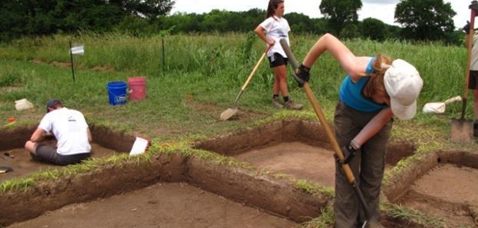 Students excavating at Spiro Mounds